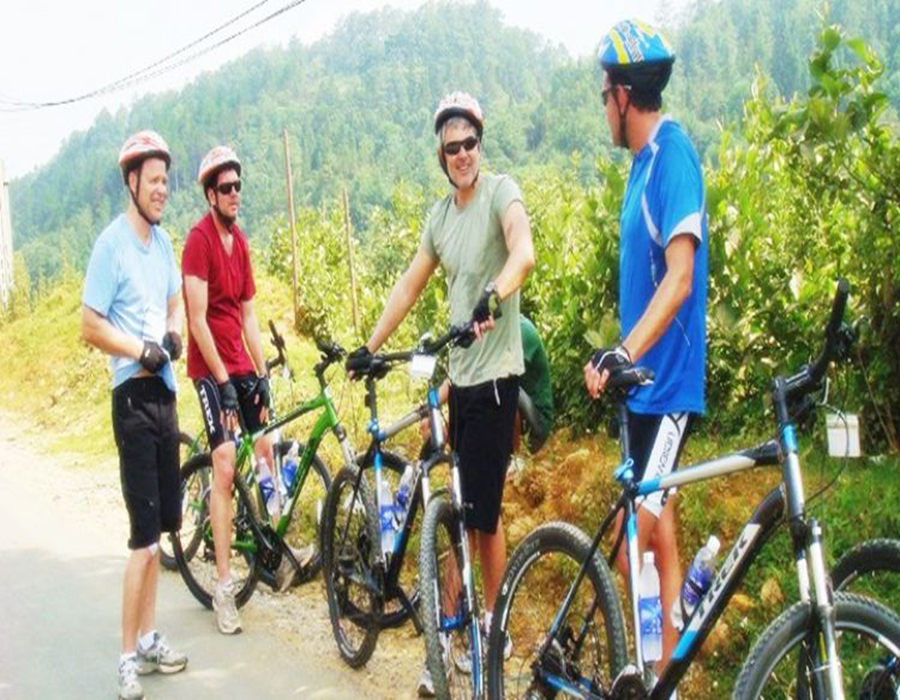 Private Hue cycling tour with dragon boat